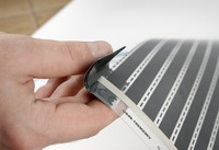 Die Leitschienen der Heizfolie werden mit selbstschweissender Isolierband isoliert