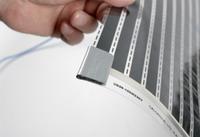 Isolierungspad werden auf die Leitschienen für die absolute Sicherheit der elektrischen Heizung gebracht